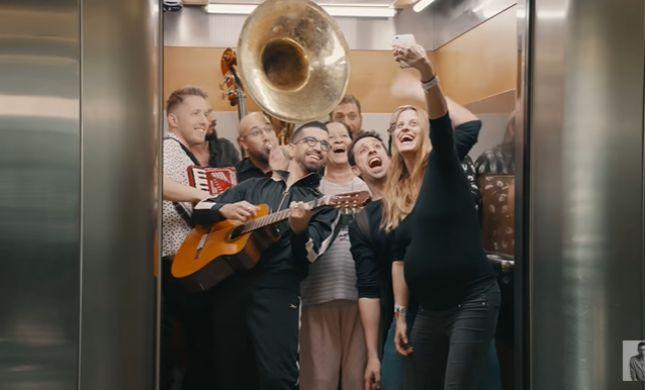 מה באמת הסיכוי להידבק בקורונה במעלית? צפו