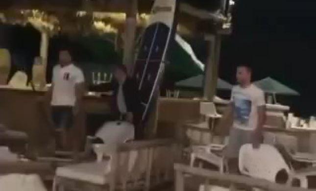 קטטה אלימה והשלכת כיסאות בחוף פולג. צפו
