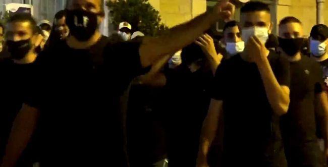 צפו: פעילי לה-פמיליה תוקפים את צלם חדשות 13