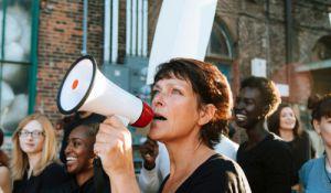 דיבור נשי, סרוגות יש מי שנפגע מהמאבק הנשי - הפמיניסטי