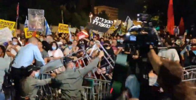 """צפו: מפגיני השמאל מנסים לפרוץ דרך לבית רה""""מ"""