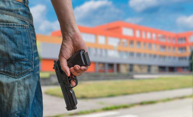 סטודנטים ירו וזרקו ראש כבש אל בית מנהל המכללה
