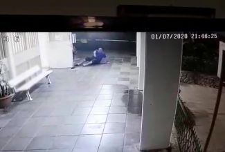 ללא רחמים: תוקפים קשיש בפתח ביתו ונמלטים. צפו
