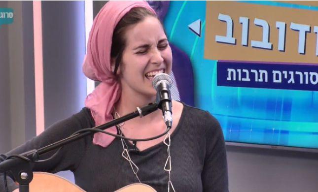 צפו: יונינה בביצוע מרגש ללהיט של עקיבא באולפן