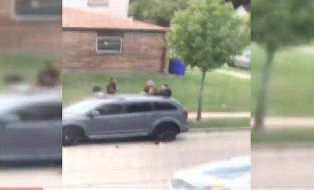 """ארה""""ב שוב סוערת: גבר שחור נורה בגבו ע""""י שוטרים"""