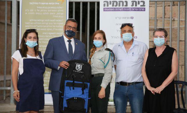 תיק לכל מתגייס: ראש העיר ירושלים העניק שי למתגייסים
