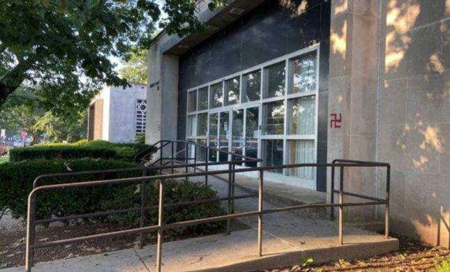 """האנטישמיות בארה""""ב: צלב קרס רוסס על דלת בית כנסת"""