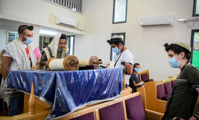 הממשלה תאשר: שינוי בהגבלות בבתי הכנסת