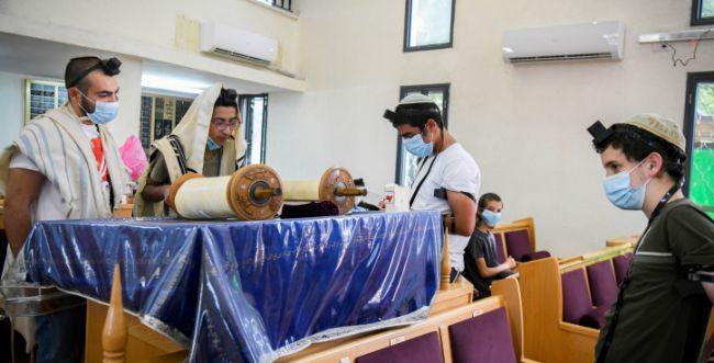 הממשלה אישרה: שינוי בהגבלות בבתי הכנסת