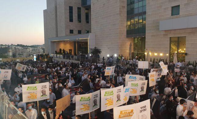"""""""לבזות כל קודש בישראל"""" הפגנה נגד 'היהודים באים'"""