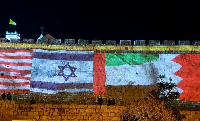 """שלום ב-3 שפות בעיריית ת""""א; 4 דגלים על החומות"""