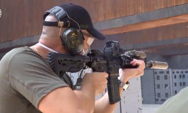 """צפו: השר אוחנה יורה בנשק במהלך תרגיל ימ""""מ מרהיב"""
