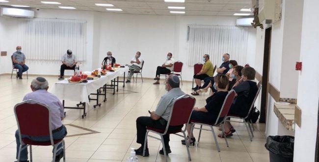 פעיל הבית היהודי הכניס עשרות חברי מרכז לבידוד