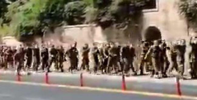 חיילי נצח יהודה שרו 'ביבי מלך ישראל' מול המפגינים