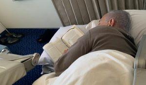 חדשות, חדשות פוליטי מדיני, מבזקים תיעוד חריג: ראש הממשלה נרדם במטוס עם ספר ביד