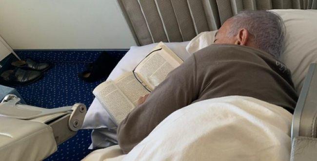 תיעוד חריג: ראש הממשלה נרדם במטוס עם ספר ביד