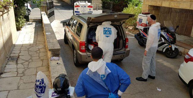 גופת עיתונאי מוכר נמצאה בביתו במצב קשה