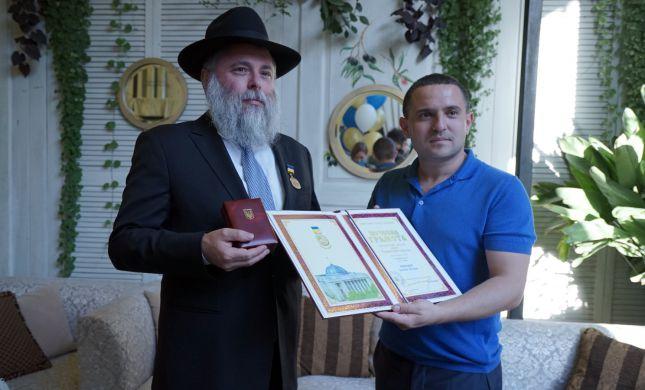 אות כבוד הוענק לרב יהודי בפרלמנט האוקראיני