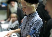 צפו: שמעון בן ה-4 באמירת קדיש על אמו
