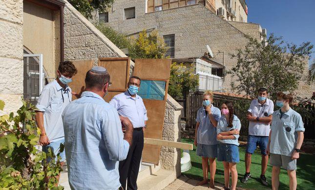 ראש עיריית ירושלים הצטרף לבוני הסוכה של בני עקיבא