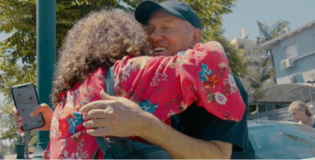 """""""בוא הביתה"""": שלומי שבת באיחוד מרגש עם משפחתו"""