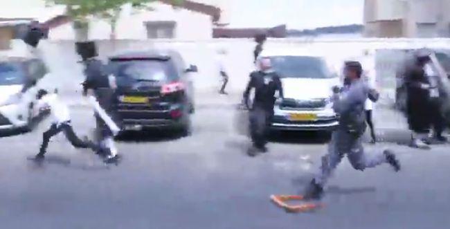 תיעוד ברוטלי: שוטר זורק דלי על ילד בביתר עלית