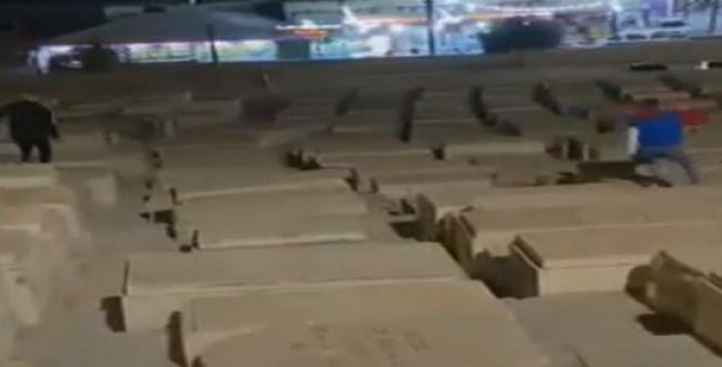 מזעזע: ערבי רץ על קברים בבית העלמין בהר הזיתים