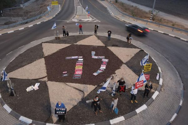 """ההפגנות נגד רה""""מ נתניהו ממשיכות: """"עד שתלך"""""""