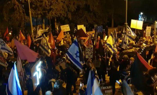 בניגוד להנחיות: הפגנה מול ביתו הפרטי של  נתניהו