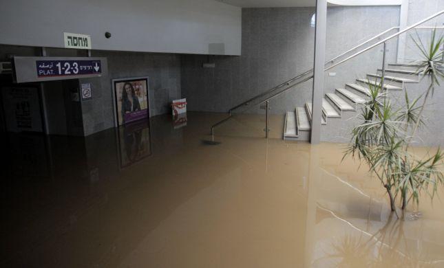 תחנת הרכבת הרצליה הוצפה; הרכבות לא יעצרו