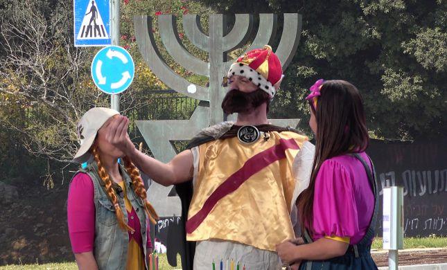 חנוכה בסרוגים: אביה נוחתת במנורת מגן דוד. פרק שישי