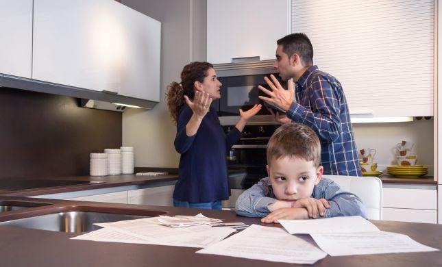 האם ילדים צריכים להתערב כשיש מתח בין ההורים?