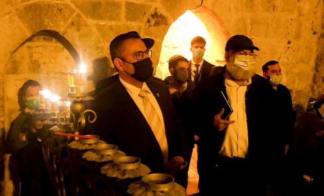 צפו: ראש עיריית ירושלים מדליק חנוכיה בכותל הקטן