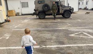 ויראלי צפו: ילד פוגש את אבא אחרי שבועיים בבסיס, ואז זה קורה
