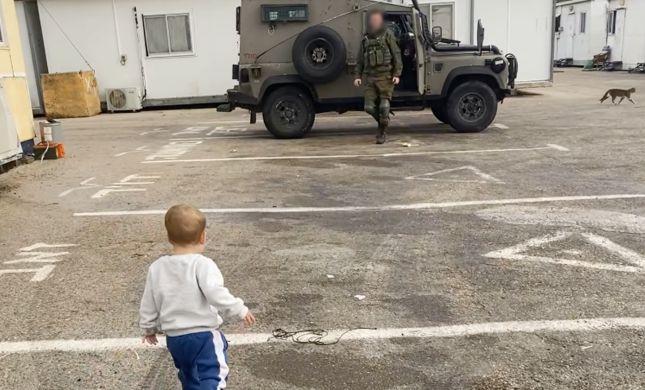 צפו: ילד פוגש את אבא אחרי שבועיים בבסיס, ואז זה קורה