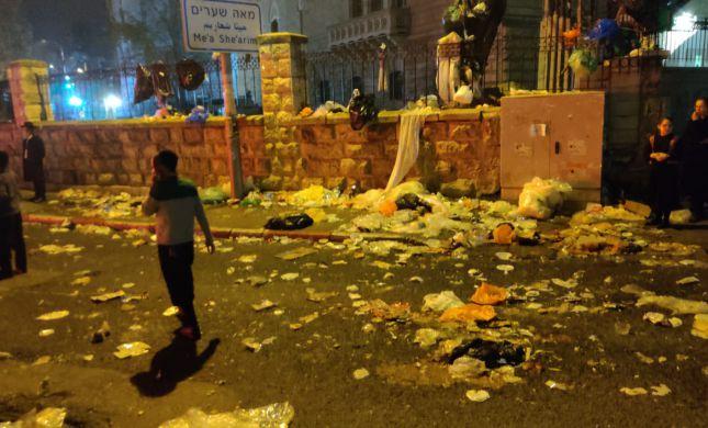 עשרות ילדים זורקים זבל סמוך למאה שערים | צפו: