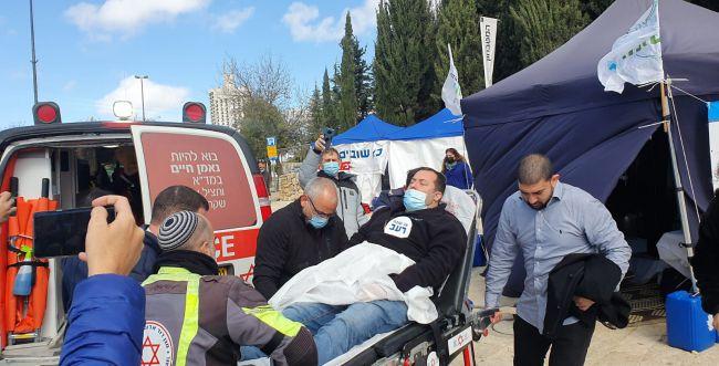 ראש מועצת שומרון התמוטט באוהל המחאה