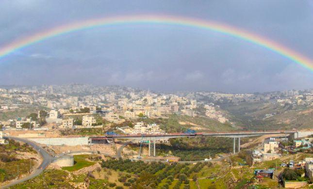 תמונת היום: קשת מרהיבה מעל הגשר במזרח ירושלים