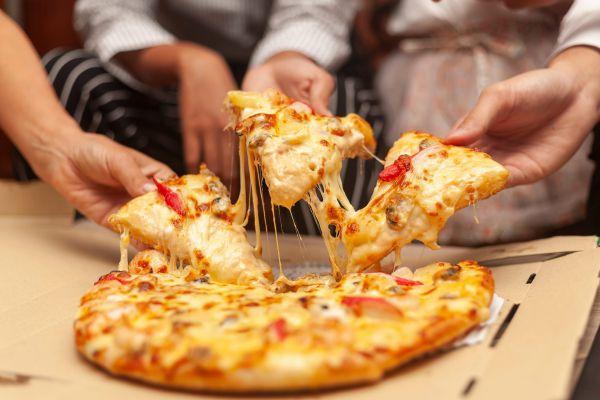 טעים להכיר: 5 דרכים מהירות להכנת פיצה ביתית