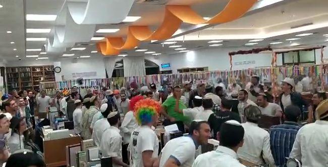 צפו: ריקודי פורים בקפסולות של ישיבת אלון מורה