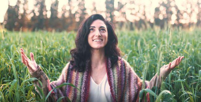 """""""רוצה להיות שמחה"""": ענת מלמוד בסינגל חדש. צפו"""