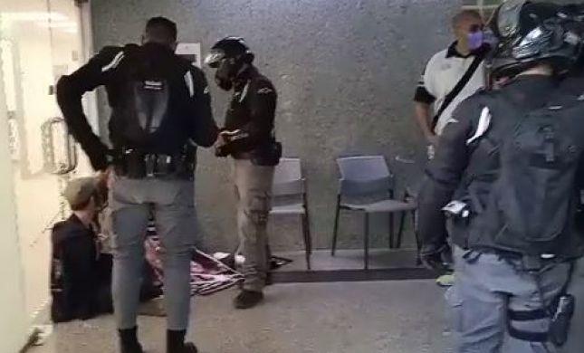 """מחאת סנדק: פעילים אזקו את עצמם למשרדי מח""""ש"""