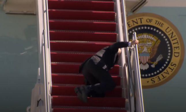 אופס: ביידן נפל בעלייה למטוס הנשיאותי • צפו