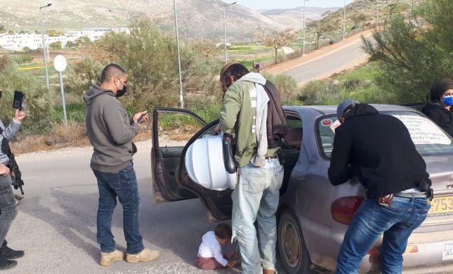 צפו: שוטרים מחרימים רכב למשפחה עם תינוקת