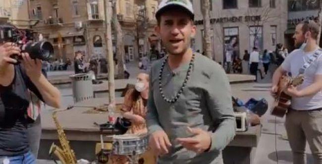 צפו: למה עקיבא נוביק התחיל לשיר ראפ ברחוב?