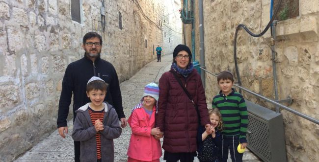 העולים החדשים נערכים לסדר הראשון בירושלים