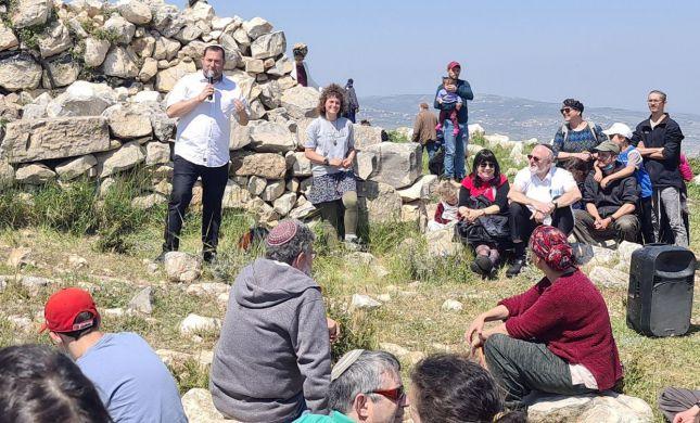 לאחר ההרס והשיקום: עשרות אלפים בהר עיבל