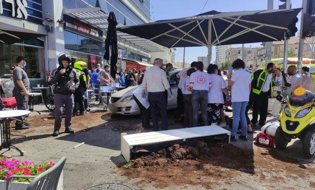רכב התפרץ למסעדה בבת ים: 12 פצועים, אחת אנוש