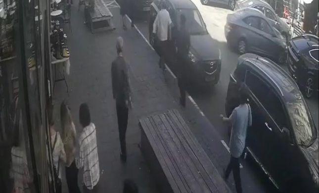 רגע התאונה בבת ים: הרכב נוסע ברוורס ונכנס למסעדה