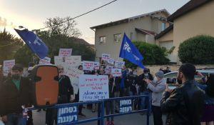 חדשות, חדשות פוליטי מדיני, מבזקים צפו: עשרות מפגינים מחוץ לבתיהם של בנט ושקד